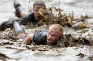 電流ワイヤに炎も、泥まみれでゴール目指す過酷レース開催
